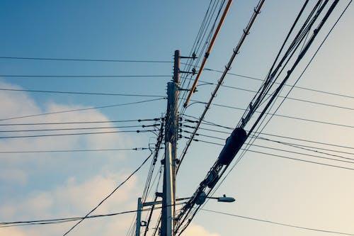 Foto d'estoc gratuïta de àrea urbana, cable de corrent, cel blau, línia elèctrica
