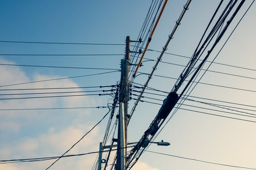 Kostenloses Stock Foto zu blauer himmel, morgensonne, stadtgebiet, stromkabel
