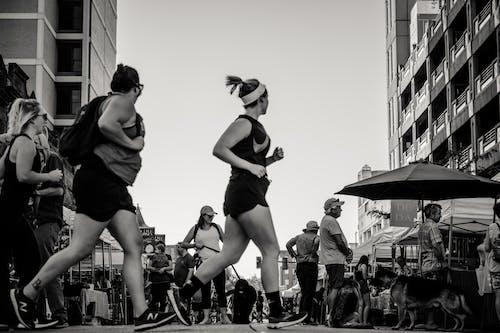 Ilmainen kuvapankkikuva tunnisteilla ihmiset, katu, lenkkeily, mustavalkoinen