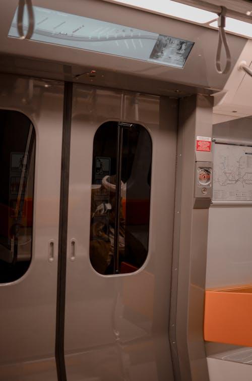 Fotos de stock gratuitas de entrenar, locomotora, puerta, sistema de transporte