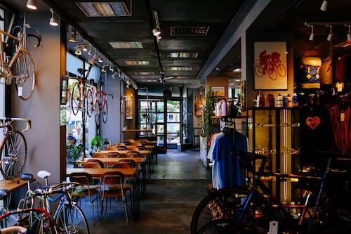 Kostenloses Stock Foto zu bar, drinnen, fahrräder, fahrradladen