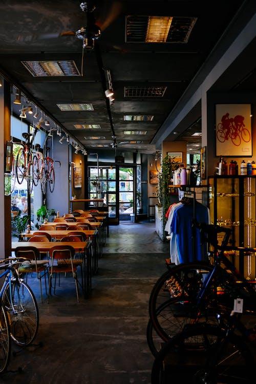 Ingyenes stockfotó asztalok, bár, beltéri, biciklik témában