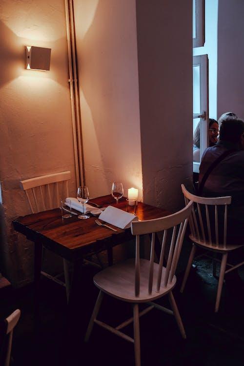 Darmowe zdjęcie z galerii z krzesła, pokój, stół