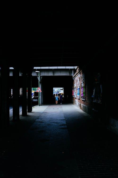 Foto d'estoc gratuïta de arquitectura, caminant, carrer, clareja
