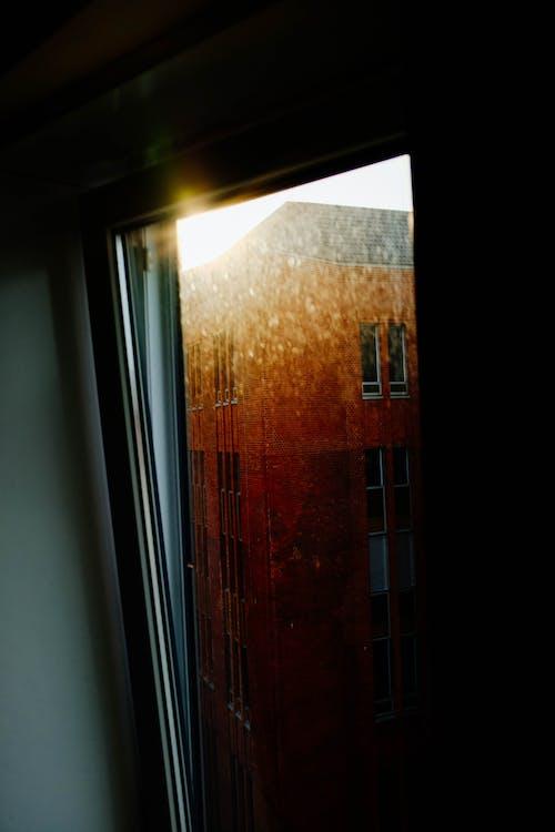 Jendela Kaca Dengan Refleksi Cahaya