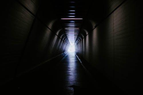 Gratis arkivbilde med futuristisk, gjennomgang, mørk, passasje