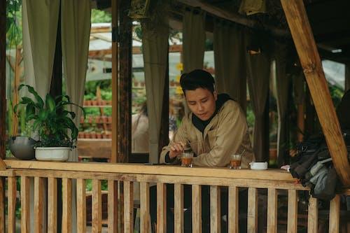 adam, balkon, Çay, gün ışığı içeren Ücretsiz stok fotoğraf