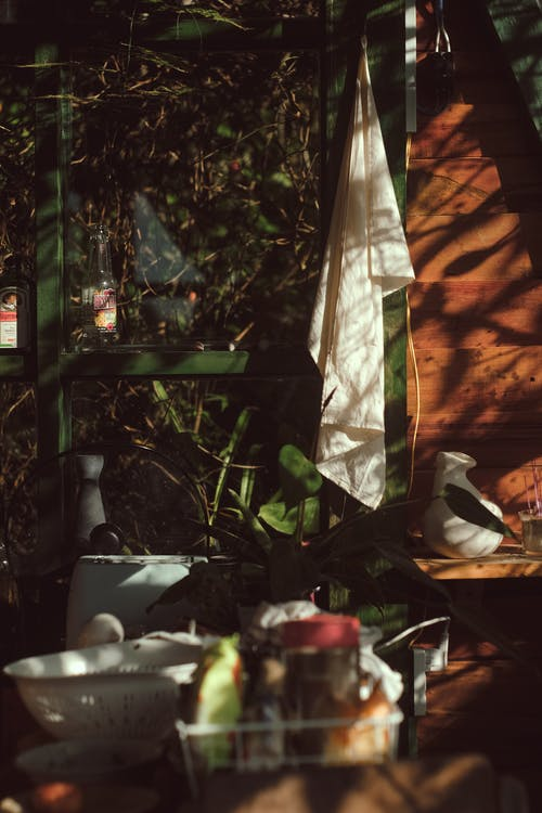 açık, ahşap mutfak, bulaşıklar, Ilık içeren Ücretsiz stok fotoğraf