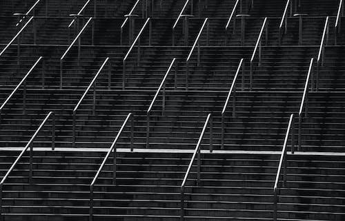 Δωρεάν στοκ φωτογραφιών με ασπρόμαυρο, σκάλες, χέρι