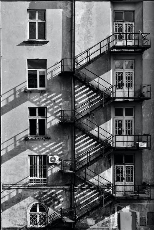 Foto d'estoc gratuïta de apartament, arquitectura, blanc i negre, disseny arquitectònic