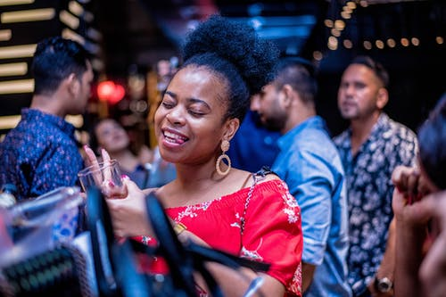 Kostenloses Stock Foto zu afro-haar, bar, baseball kappe, chat