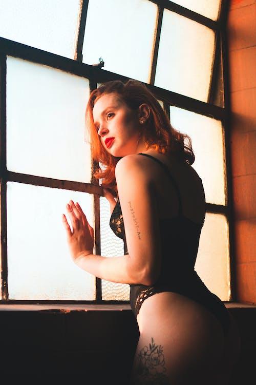 Foto d'estoc gratuïta de dempeus, dona, Dona bonica, finestra