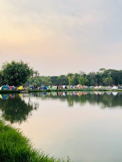 Immagine gratuita di acqua azzurra, campeggio, festival, ponte