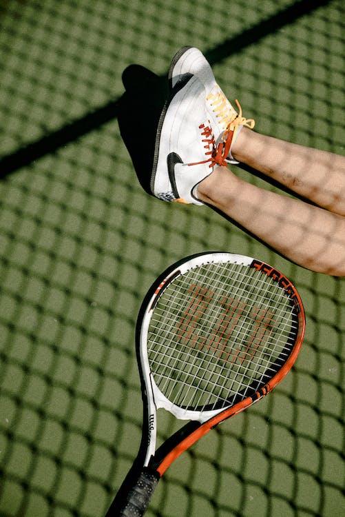 baskets rouges, court de tennis, équipement sportif