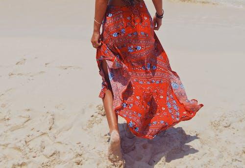 Foto profissional grátis de água, andando, ao ar livre, areia