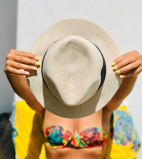 Foto d'estoc gratuïta de barret de platja, estiu, felicitat, jardí
