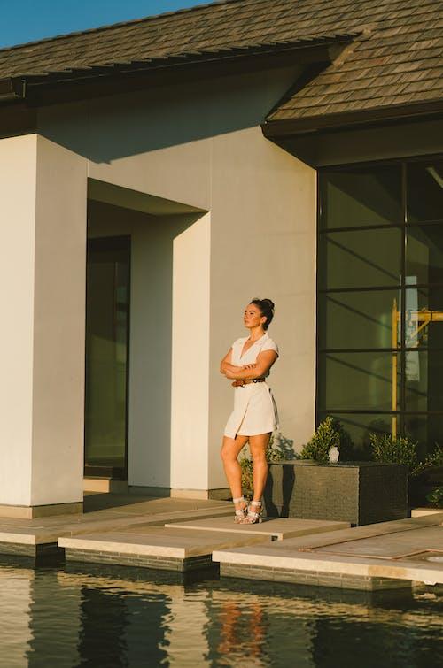 Безкоштовне стокове фото на тему «архітектура, біля басейну, багатство, відпочинок»