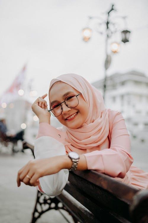 Ilmainen kuvapankkikuva tunnisteilla hijab, huivi, hymy, hymyily