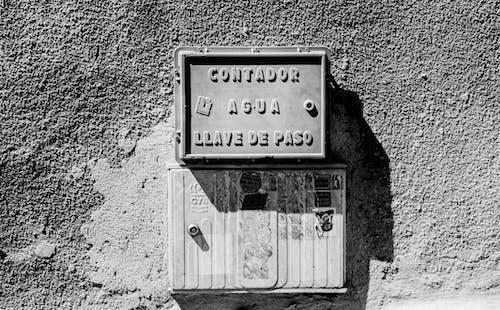 Безкоштовне стокове фото на тему «вода, знак, кухонний стіл, місто»