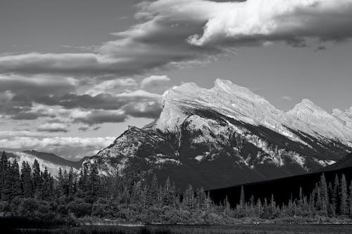 Ilmainen kuvapankkikuva tunnisteilla b&w mountain, Banff, vuori