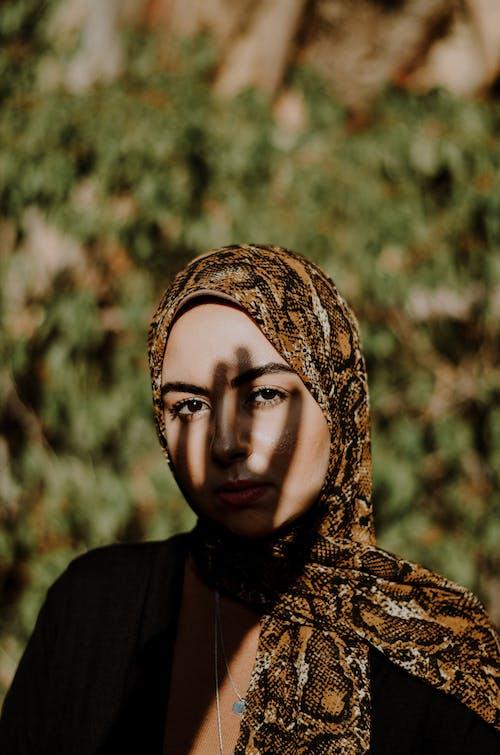 Foto stok gratis aksesori kepala, berbayang, berfokus, cahaya dan bayangan