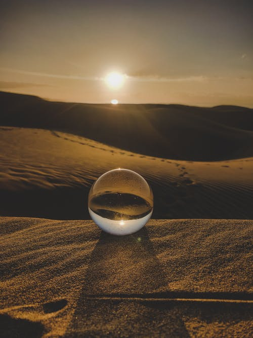 Klarer Ball Auf Braunen Sanddünen