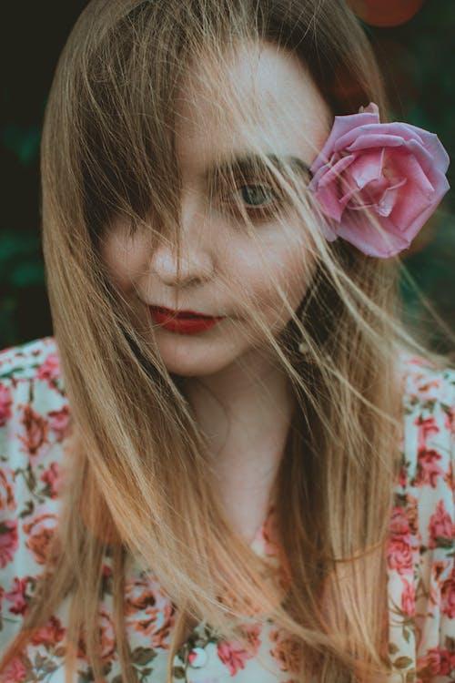 Kostnadsfri bild av ansiktsuttryck, blomma, blommig, ha på sig