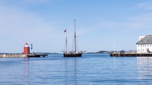 Foto d'estoc gratuïta de aigua blava, barca, far