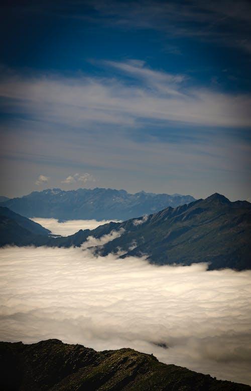 Gratis lagerfoto af bjerg, bjerge, blå himmel, hav af skyer