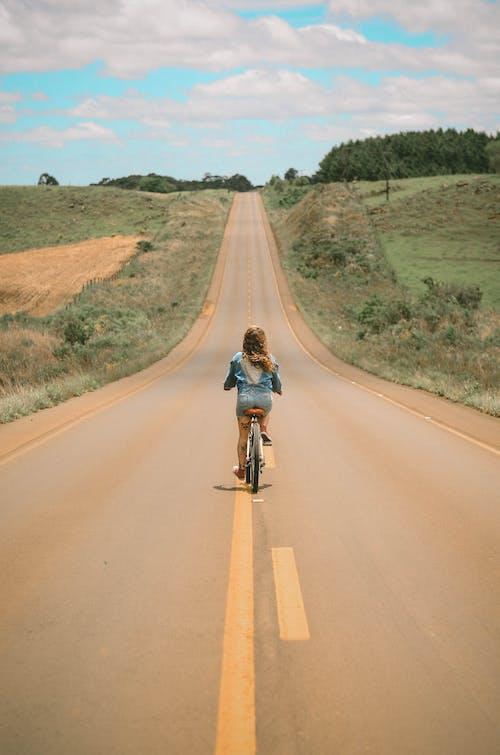 Foto profissional grátis de ao ar livre, árvores, asfalto, bicicleta