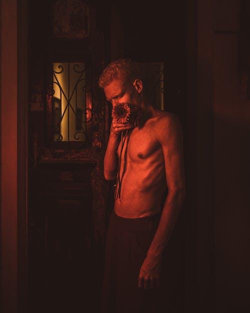 Základová fotografie zdarma na téma chlápek, dospělý, držení, držení těla