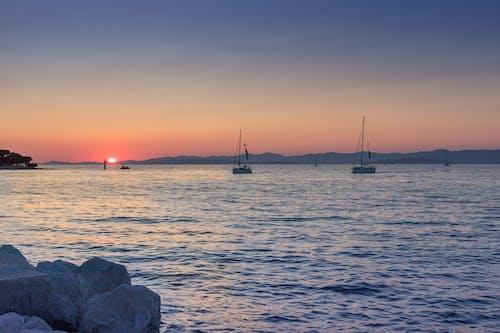 Foto d'estoc gratuïta de aigua, alba, barques, canoes
