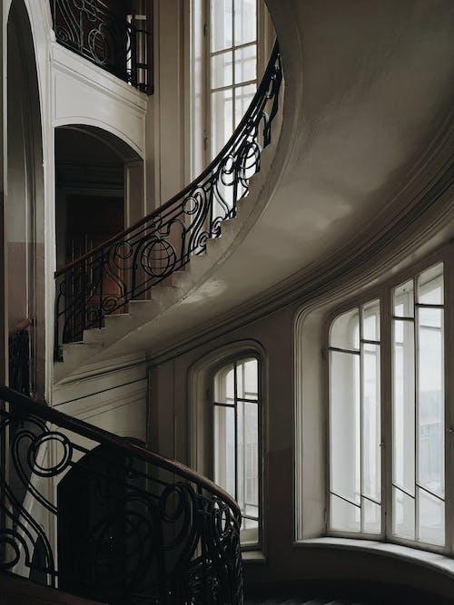 Ilmainen kuvapankkikuva tunnisteilla arkkitehtuuri, ikkunat, perspektiivi, portaat