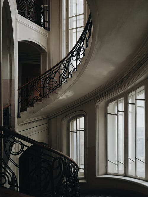 Fotos de stock gratuitas de adentro, arquitectura, barandilla, escalera