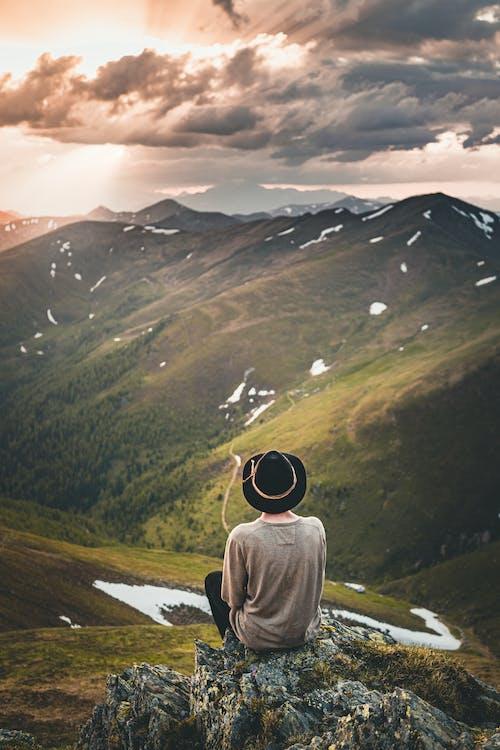 Безкоштовне стокове фото на тему «верхній одяг, гори, Захід сонця, зелений»