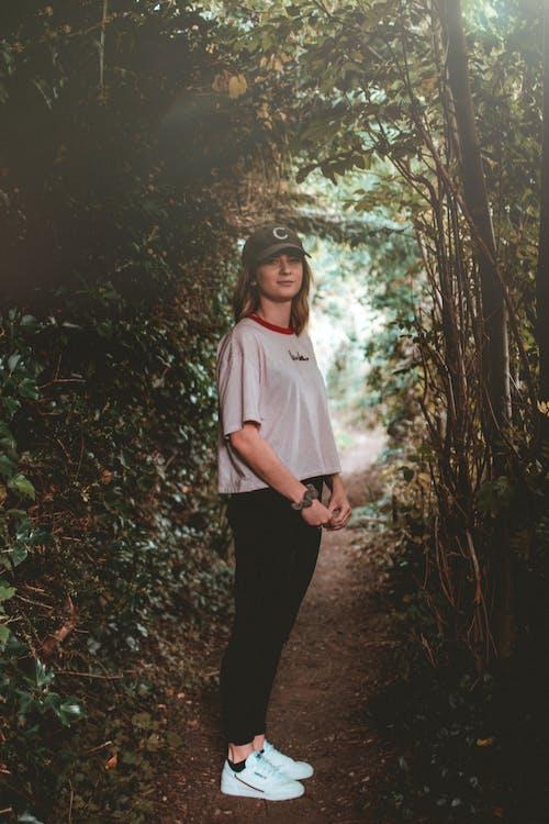 Foto d'estoc gratuïta de Camí, dona, foto vertical, persona