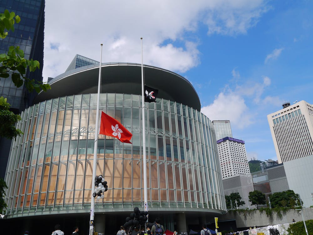 açık hava, bayraklar, bina