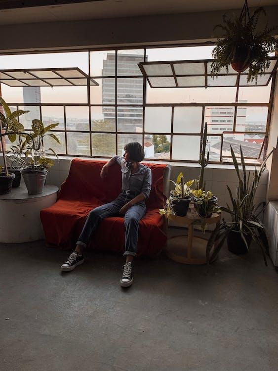 Photo De Femme Assise Sur Un Canapé Rouge