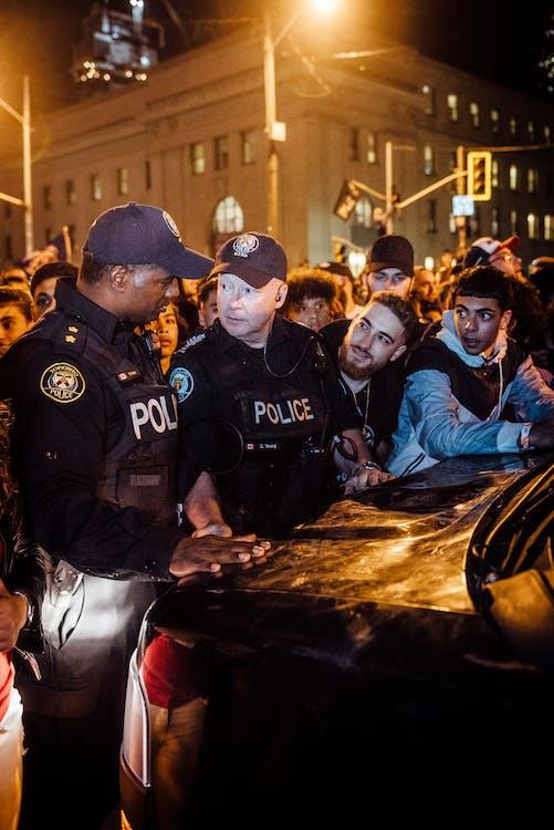Polisi Pria Dengan Sekelompok Orang Dalam Rapat Umum