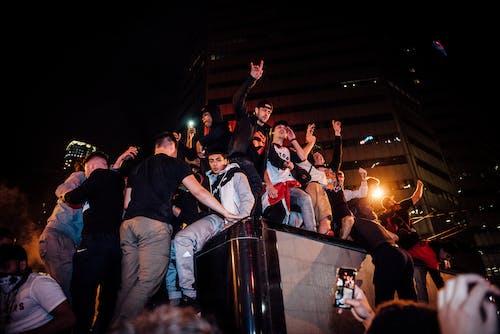 Foto d'estoc gratuïta de a l'aire lliure, adults, conjunt de roba, esdeveniment