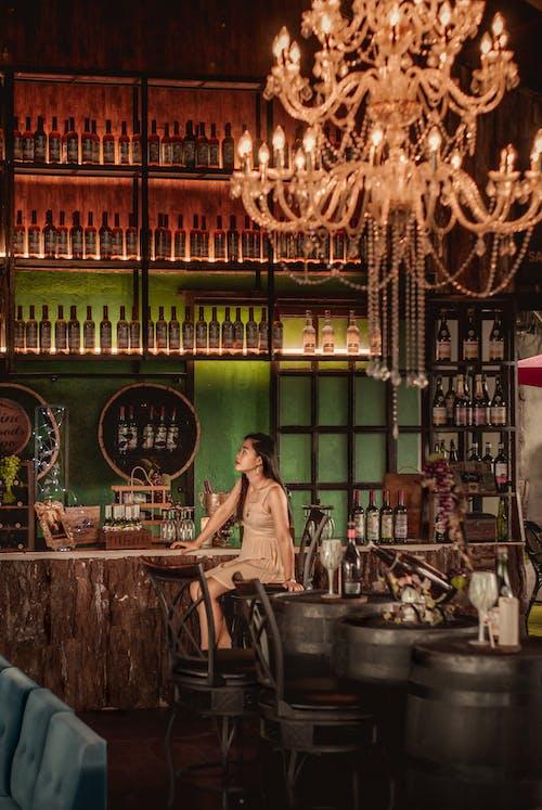 갈색, 레스토랑, 샹들리에, 지하 저장고의 무료 스톡 사진