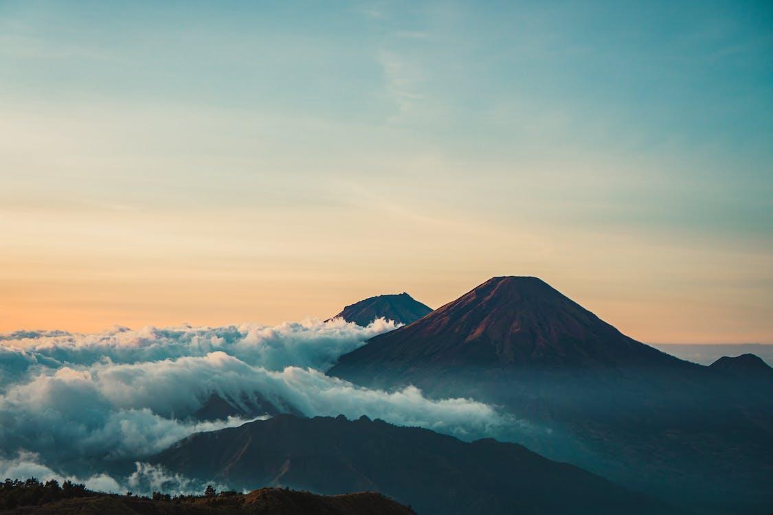 Szenisches Foto Des Berges Während Der Morgendämmerung