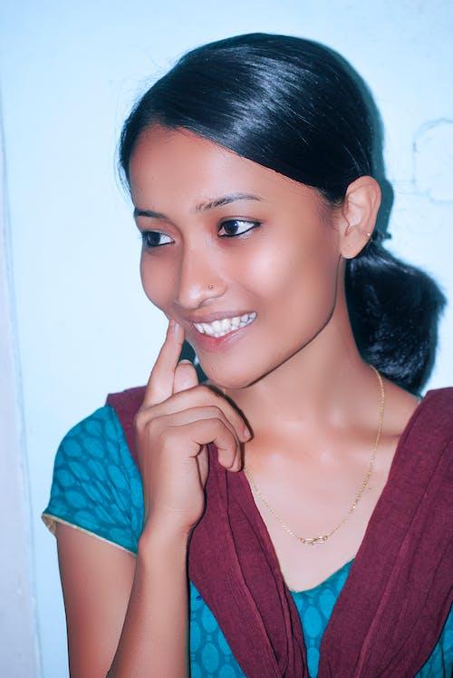 Безкоштовне стокове фото на тему «Індійська жінка, модель, посмішка, смайлик»