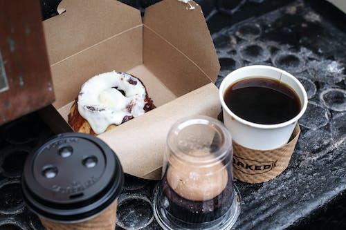 Gratis arkivbilde med bakverk, brygget kaffe, gate, kaffedrikke