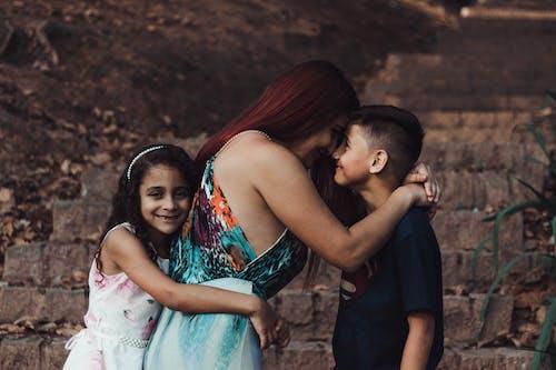 Δωρεάν στοκ φωτογραφιών με αγάπη, αγκαλιές, γιός, κόκκινο