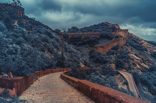 Ilmainen kuvapankkikuva tunnisteilla kaunis maisema, linnake, mäet, päällä