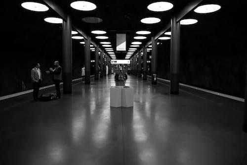 Ilmainen kuvapankkikuva tunnisteilla arkkitehtuuri, asema, heijastus, ihmiset