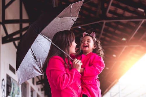 Darmowe zdjęcie z galerii z intymny, mama, matka i córka, parasol