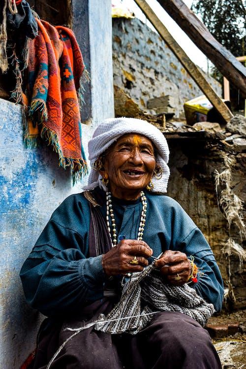 Vrouw Breien Kledingstuk
