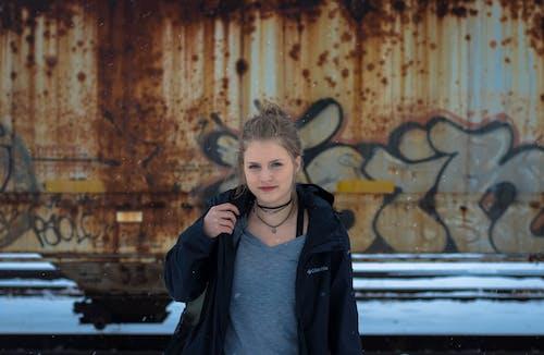 Mulher Usando Jaqueta Preta Em Frente Ao Mural Marrom